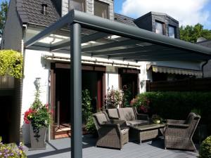 Terrassenüberdachung Typ TREND 4,50m x 3.50m mit integrierter Regenrinne und Fallrohr im Pfosten